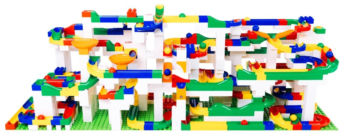 Kreativní stavebnice Hubelino Kuličková dráha přinese do vaší domácnosti mnoho radosti a smíchu. Jednotlivé dílky stavebnice jsou kompatibilní s kostkami LEGO Duplo. Vytvořit tak můžete opravdu komplikované stavby.