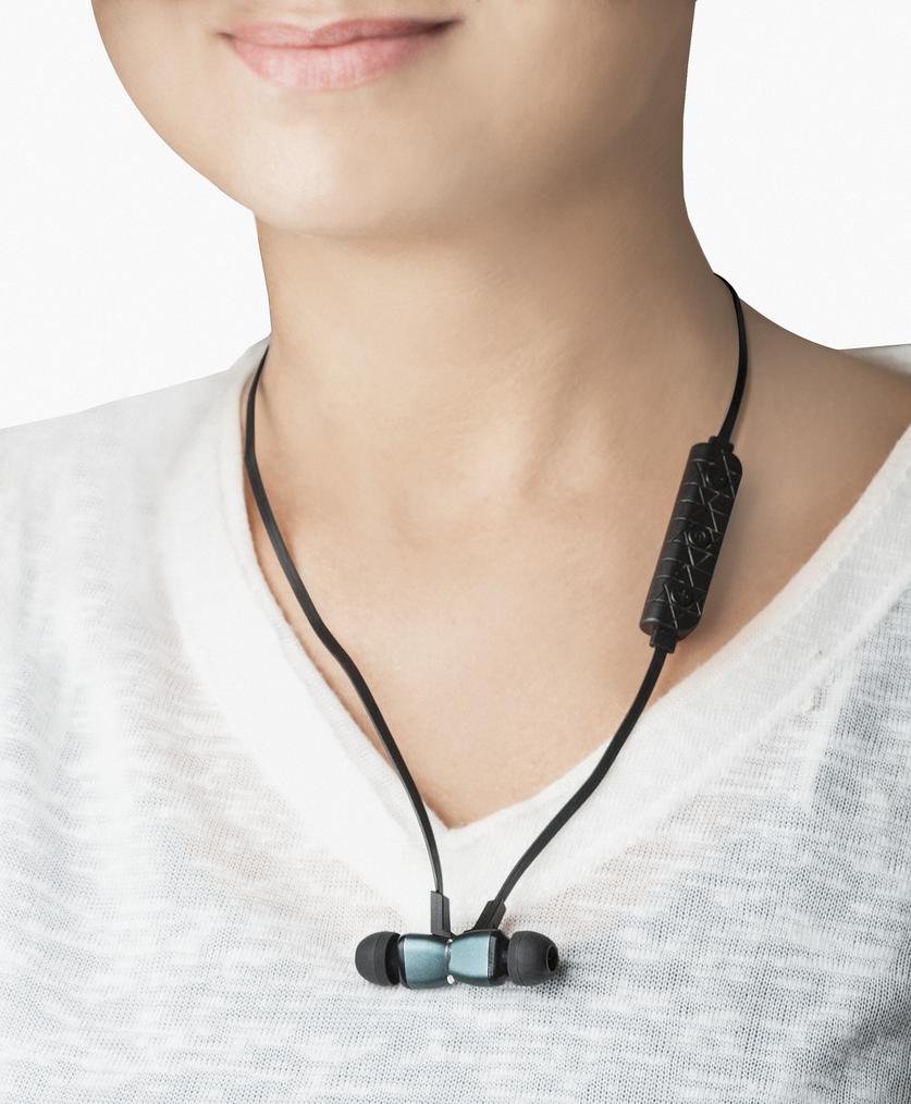 Sluchátka Defender Vám nabídnou přesně to, co od nich čekáte. Mimořádný design, dlouhou výdrž, lehkou konstrukci a perfektní zvuk. Připojte k nim notebooky, tablety nebo MP3 přehrávače a smartphone rychle bezdrátově. Díky vestavěným magnetům lze sluchátka vzájemně propojit a nechat na krku, pokud je nepoužíváte.