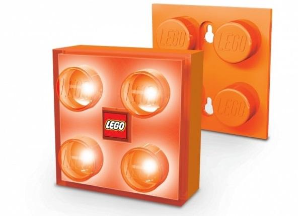 Zář tohoto svítícího šikuly značky LEGO® vám vždy ukáže cestu. Ať už potřebujete pomoct zorientovat se v prostoru, nebo hledáte doplněk, který pomůže dětem usnout, tento kousek je tím pravým!